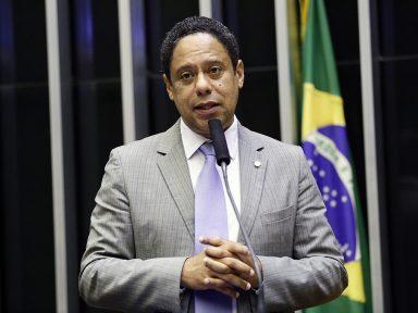 """""""Enquanto a Amazônia arde em chamas, Bolsonaro quer calar o Inpe"""", denuncia Orlando"""