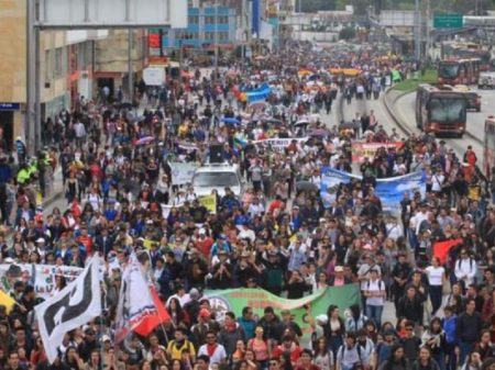 Professores colombianos em greve contra morticínio de líderes e pela educação