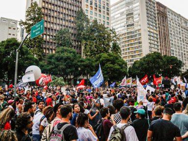 No Rio, manifestantes defendem a Educação e homenageiam Fernando Santa Cruz