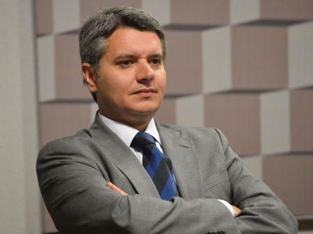 """Bolsonaro """"desrespeitou a PF"""" ao anunciar troca no Rio, protestam delegados"""