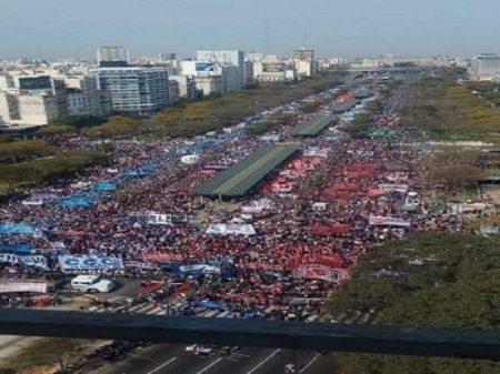 """Argentina: marcha denominada """"Urgência para enfrentar a fome"""" reúne multidão"""