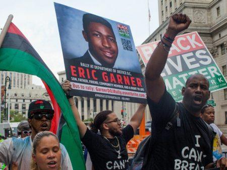 Policial que matou negro em NY é demitido mas crime continua impune