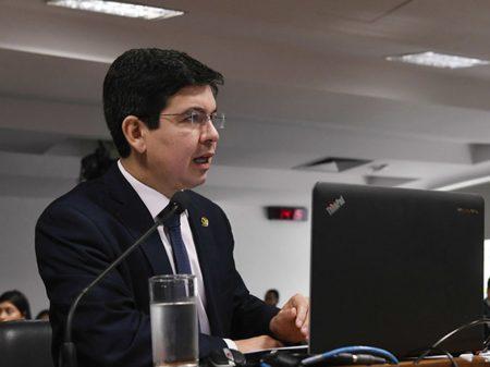 """Bolsonaro quer tutelar a PGR para acobertar """"a família e seus laranjas"""", diz Randolfe"""