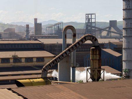 Produção industrial cai em   8 de 15 regiões