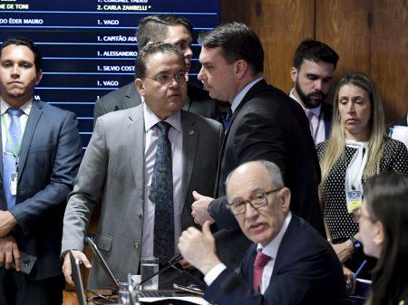 Flávio Bolsonaro obstrui, mas CPI das Fake News convoca redes sociais