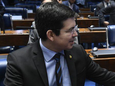 Randolfe pede que PGR investigue ataque de Carlos Bolsonaro à democracia