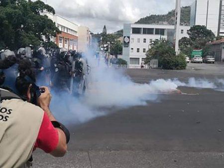Governo de Honduras reprime oposição com blindado, bombas e balas de borracha
