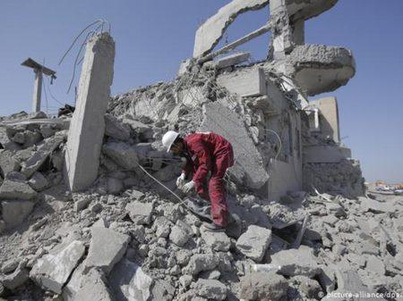 Bombardeio saudita a prisão no Iêmen deixa 100 mortos