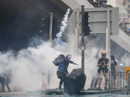 Hong Kong: mascarados  incendeiam prédios públicos e pedem invasão britânica