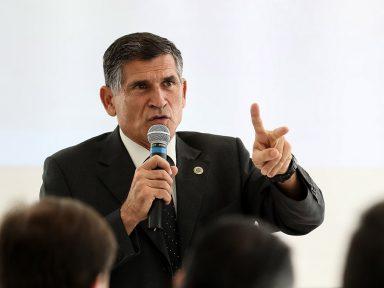 """Todo dia o presidente tenta  desmoralizar a vacina"", diz general Santos Cruz"