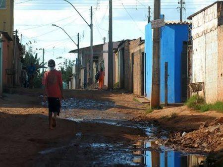 Rendimento dos pobres cai e desigualdade é recorde
