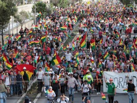 """Multidão lota La Paz para """"respaldar Evo e democracia contra a confrontação e violência"""""""