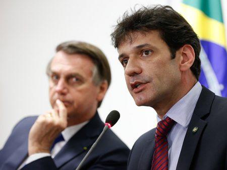 Planilha e assessor relacionam Bolsonaro ao desvio de dinheiro de laranjal