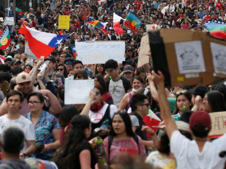 Chile: no 10º dia de manifestações, Piñera suspende 'estado de emergência'