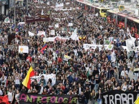 Governo colombiano mantém arrocho orçamentário e estudantes voltam às ruas