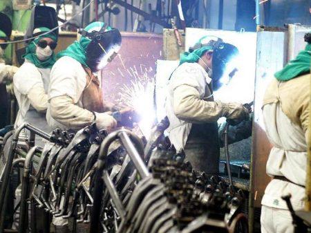 Juros altos estrangulam indústria, alerta CNI