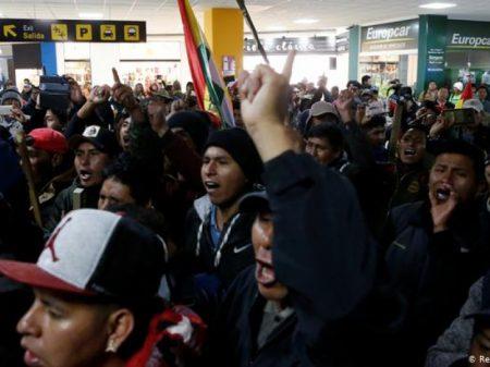 """Manifestantes apoiam Evo e rechaçam fascista Camacho com seu """"ultimato-fake"""""""