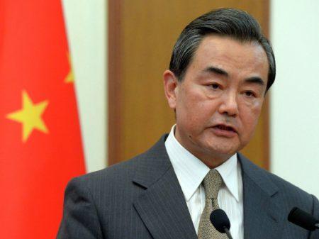 """China adverte que EUA devem arcar com as consequências de sua """"ingerência em Hong Kong"""""""