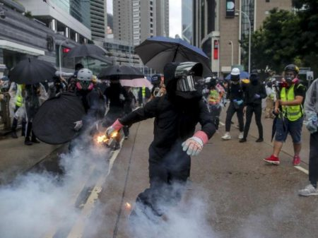 Black blocks pró-EUA matam idoso e tocam fogo em outro,  em Hong Kong