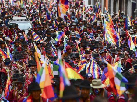 """Centenas de milhares em La Paz exigem """"renúncia da golpista Áñez"""""""