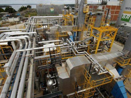 Bolsonaro acelera entrega de 4 refinarias