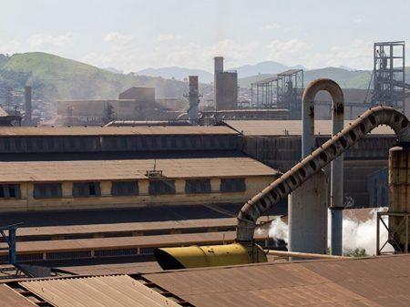 Produção industrial recua 1,4% no ano, diz IBGE
