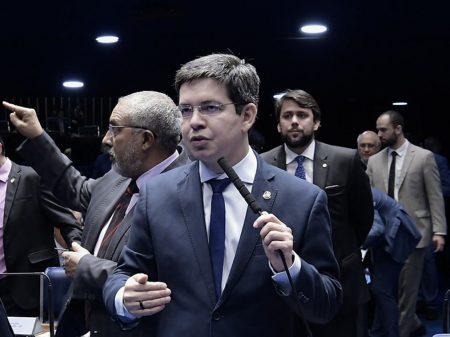 """Randolfe contesta PEC de Bolsonaro e Guedes: """"um ataque ao ensino público"""""""