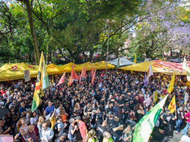 Servidores do RS tomam as ruas e aprovam greve contra pacote de arrocho de Eduardo Leite