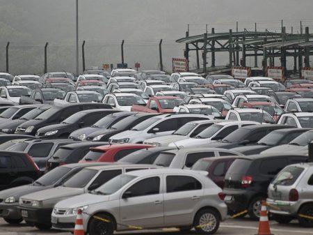 Vendas de veículos e emprego caem em outubro