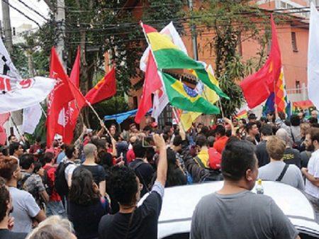Ato contra o golpe fascista lotou a frente do consulado da Bolívia em São Paulo