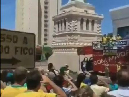 Bolsonaristas batem continência em frente à réplica da Estátua da Liberdade