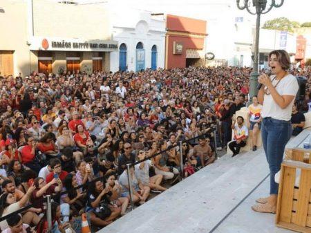 Multidão em Alagoas aplaude Manuela e o lançamento do seu livro