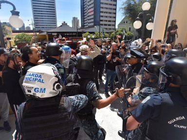 Servidores de Curitiba ocupam Câmara Municipal contra projeto que ataca salários e carreira