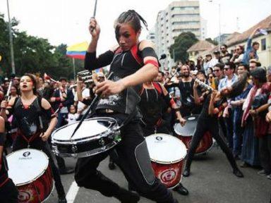 Colombianos marcham ao som de música popular para deter arrocho de Duque