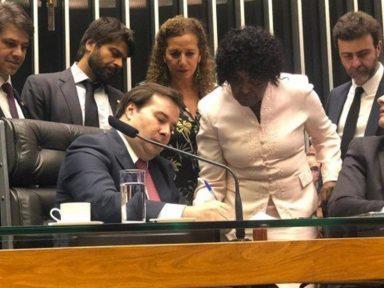 """""""Há uma política criminosa em relação à atenção básica à saúde no Rio"""", denuncia Jandira Feghali"""