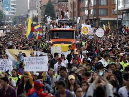 Trabalhadores enfrentam arrocho de Duque nas ruas de Bogotá