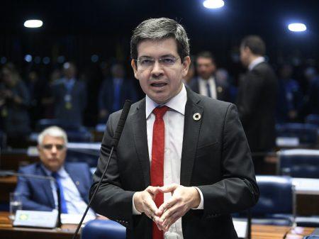 """Randolfe: """"Flávio Bolsonaro tem que explicar a ligação com milícias, desvio e lavagem de dinheiro"""""""