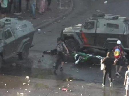 Polícia joga blindado sobre manifestantes no Chile