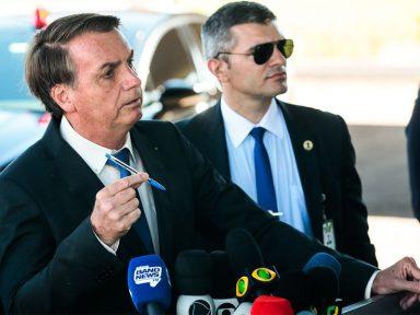 """Livros didáticos """"têm muita coisa escrita"""", reclama Bolsonaro"""