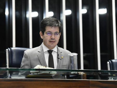 """Randolfe denuncia """"ataque covarde"""" da milícia bolsonarista"""