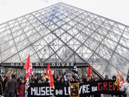 Greve contra ataque de Macron à Previdência chega ao Museu do Louvre