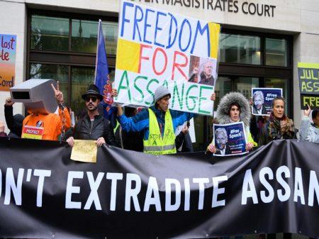 Clamor mundial retira Assange da solitária na prisão de Londres