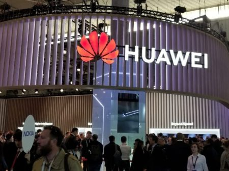 Inglaterra autoriza Huawei na rede 5G, apesar da pressão dos EUA