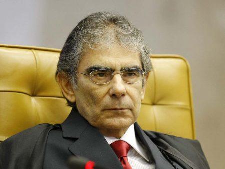 Aval de Bolsonaro a ato contra outros poderes é grave, alerta ex-presidente do Supremo
