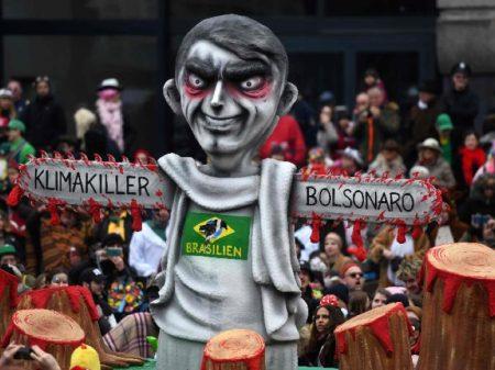 """Carnaval alemão retrata Bolsonaro como """"assassino do clima"""""""