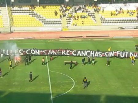 """Torcida suspende jogo no Chile: """"Ruas com sangue, campos sem futebol"""""""