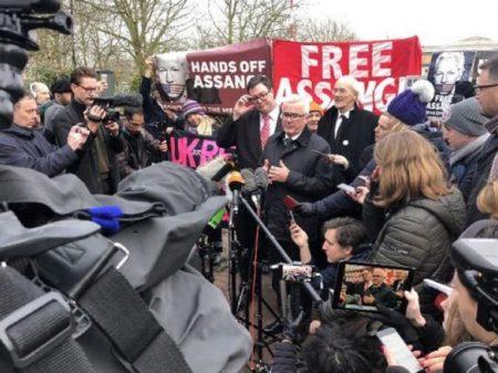 Deputados australianos visitam Assange na prisão de Belmarsh