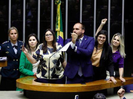 Eduardo Bolsonaro apoia ofensa à jornalista da Folha e agride deputadas