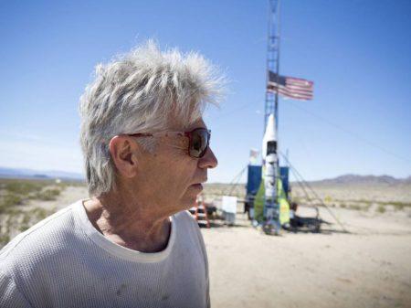 Mad Mike decola em foguete caseiro e morre sem provar que a Terra é plana