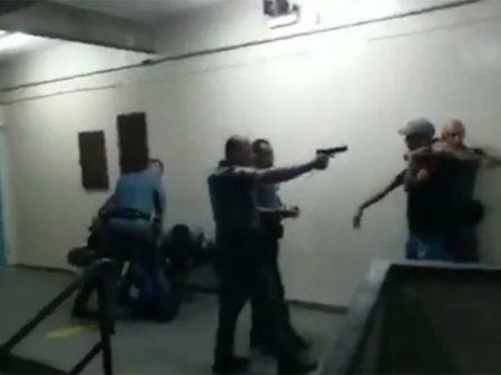 PMs agridem e apontam arma para estudantes em escola de São Paulo